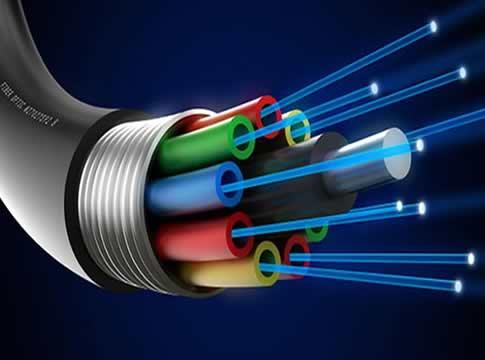 Fiber optik kablolarda veri aktarımının nasıl gerçekleşir?, Fiber optik kablolar günümüzde özellikle internet dağıtımı konusunda sıkça kullanılan bir iletim biçimidir. İnsan saçı teli kadar incedirler ve cam ip şeklindedirler.