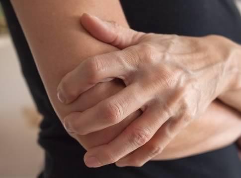 Dirseğimizi Çarptığımızda canımız çok yanar ve acır neden mi? Çünkü her iki dirsek derimizin altında yoğun bir sinir hattı vardır. Dirseğini bir yere çarptığında buradan gecen sinir, beynine bir sinyal gönderir ve acı hissedersin.
